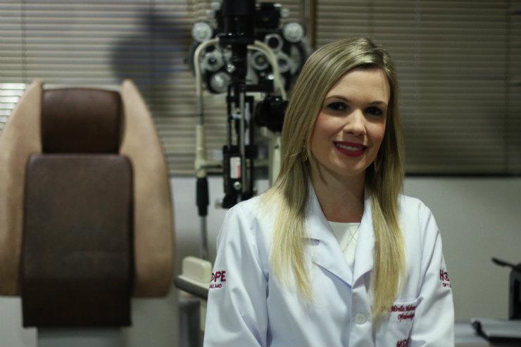 A baixa visão é o principal sintoma do ceratocone, conforme explica a médica oftalmologista Mirella Molnar Maranhão. Foto: Gabriel Melo/DP
