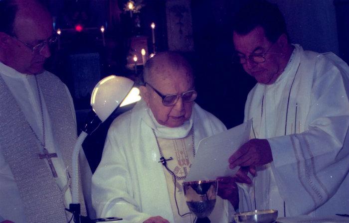 Arcebispo durante a missa de comemoração dos seus 68 anos de sacerdócio em 1999 na Igreja das Fronteiras, no Centro. Foto: Teresa Maia/DP
