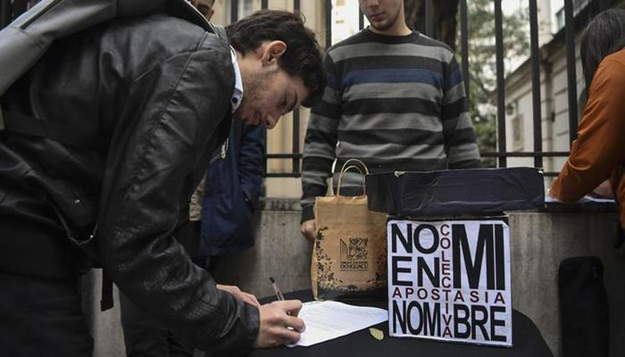 O documento foi apresentado à Conferência Episcopal Argentina, pedindo a separação total entre a Igreja católica e o Estado. Foto: AFP Photo