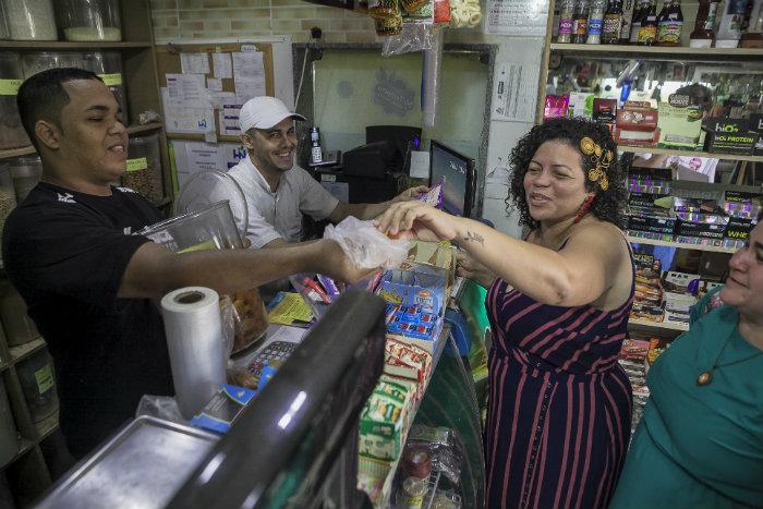 Dani Portela (Psol) visitou mercados públicos do Recife. Foto: Divulgação