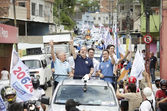 Seguido pelos Ferreira, André (PSC), Anderson (PR), Manuel (PSC) e Fred (PSC), o candidato ao governo do estado seguiu de Paulista para a carreata (Ricardo Labastir/Divulgação)