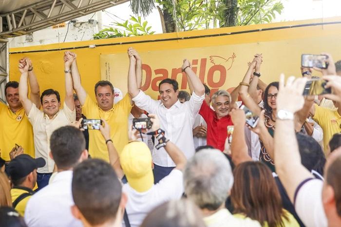 Candidato à reeleição, o governador Paulo Câmara compareceu ao comitê de Danilo Cabral, que quer renovar mandato no congresso. Foto: Andrea Rego Barros/Divulgação