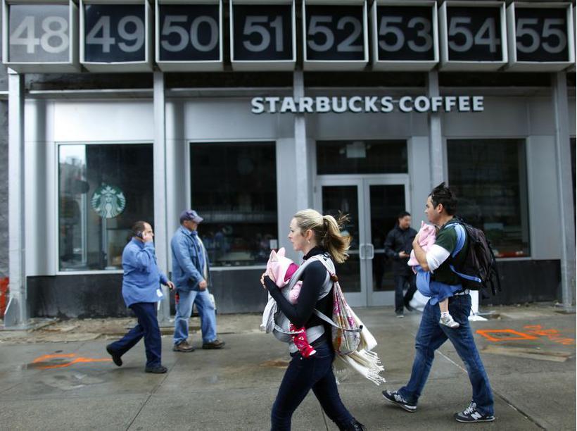 Loja da Starbucks em Nova York: rede de cafeterias criou programa para que funcionários dediquem parte do expediente a boas causas. Foto: REUTERS/Carlo Allegri