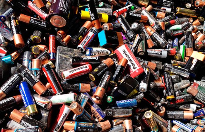 Depois que a produção das baterias Satúrnia foi desativada, em 2011, toneladas de baterias velhas e lixo industrial foram enterradas no local onde funcionava a fábrica. Foto: Reprodução / Internet