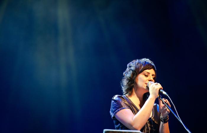 Vocalista do Pato Fu vai apresentar sucessos da banda e também do repertório solo. Foto: Vitor Maciel/Divulgação