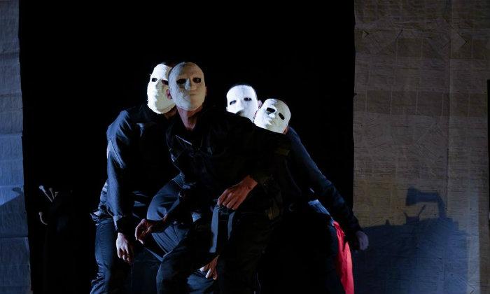 Grupo que viajar com a peça A podridão do que há em mim, sobre pessoas que sofreram traumas psicológicos. Foto: Daniel Melo/Divulgação