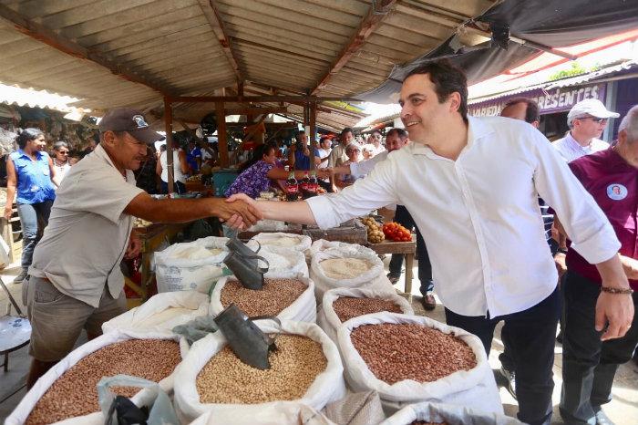 Paulo fez o tradicional corpo a corpo com eleitor. Foto: Helia Scheppa/PSB/Divulgação