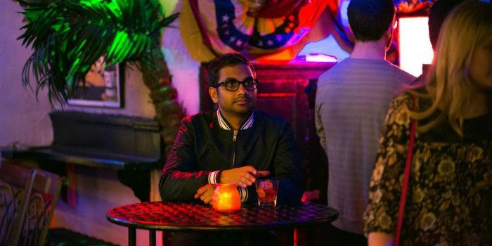 Ansari levou o Globo de Ouro de 2018 como melhor ator em série de comédia. Foto: Netflix/Divulgação.