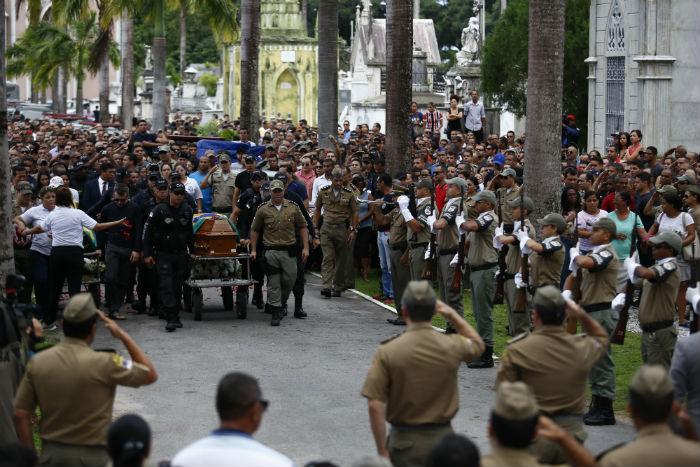 Policiais que morreram no local do acidente foram enterrados no Cemitério de Santo Amaro. Foto: Paulo Paiva/DP.