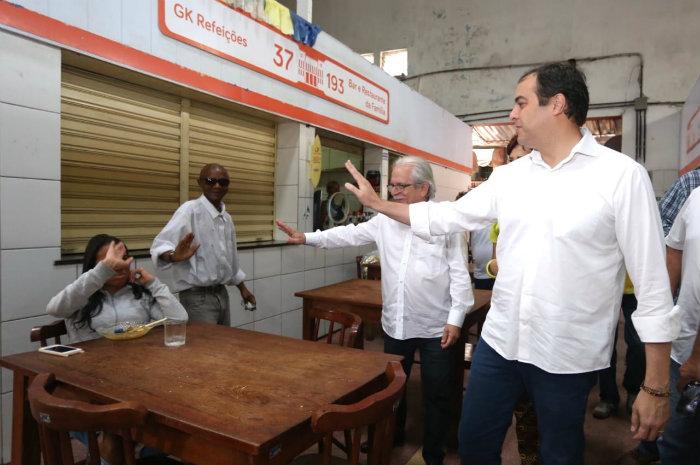 Paulo Câmara visitou ontem o Mercado da Encruzilhada, na Zona Norte do Recife. Foto: Helia Scheppa/PSB