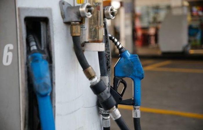 A Petrobras informa ainda que a gasolina e o diesel comercializados com as distribuidoras diferem dos produtos no posto de combustíveis. Foto:Fernando Frazão/Agência Brasil