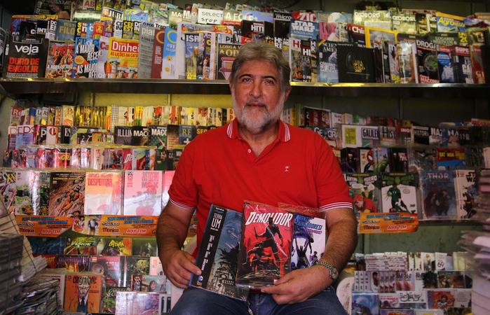 Conhecido como Odin, o jornaleiro Orlando Oliveira é entusiasta das HQs. Foto: Julio Jacobina/Diario de Pernambuco