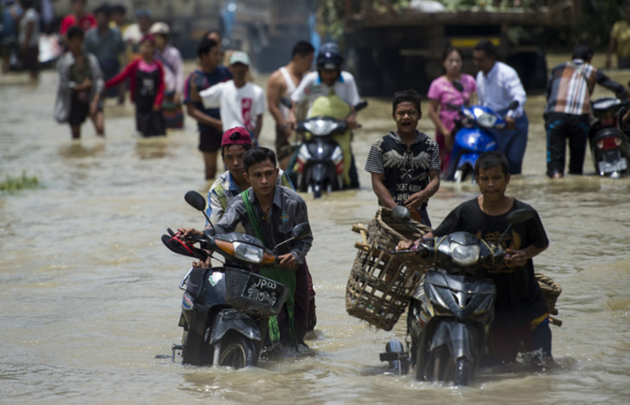 Os socorristas birmaneses seguiam, nesta sexta-feira, no atendimento às últimas pessoas presas em suas casas. Foto: Ye Aung THU / AFP