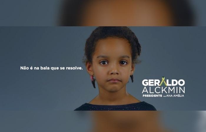 Na campanha de Geraldo Alckmin, diversos projéteis são disparados contra objetos e até contra uma criança. Foto: Reprodução/Facebook
