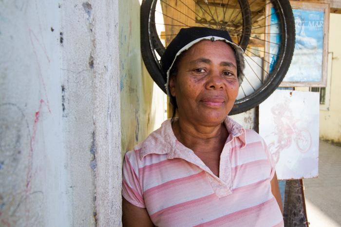 Severina Silva, 59 anos, sofre até hoje com dores provocadas pela chikungunya. Crédito: Leo Malafaia/Esp. DP (Crédito: Leo Malafaia/Esp. DP)