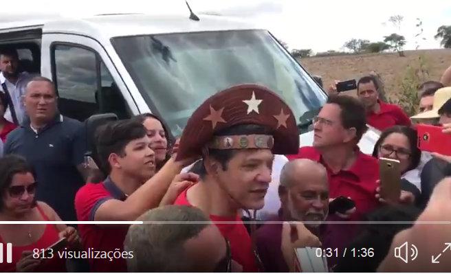 Haddad usou o chapéu de Lapião em visita que fez em Caetés, antes de conceder a entrevista: Foto reprodução de Twitter de Humberto Costa.