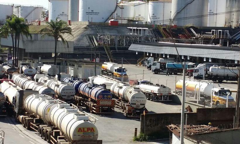 O abastecimento dos caminhões na Regap, em Betim, está ocorrendo normalmente. Foto: Paulo Filgueiras / EM / D.A. Press