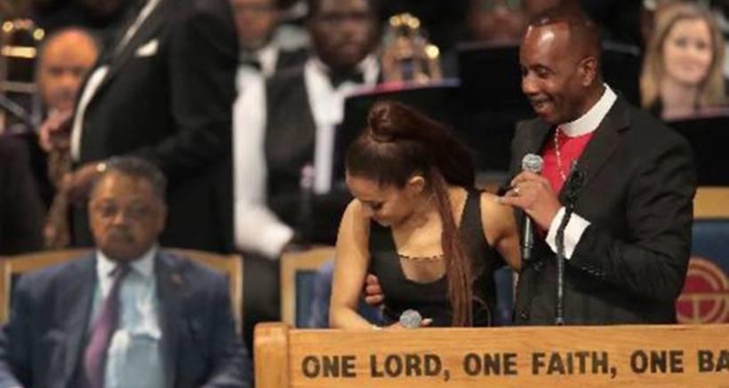 Pastor toca o seio de Ariana Grande durante funeral de Aretha Franklin. Foto: AFP / GETTY IMAGES NORTH AMERICA / SCOTT OLSON