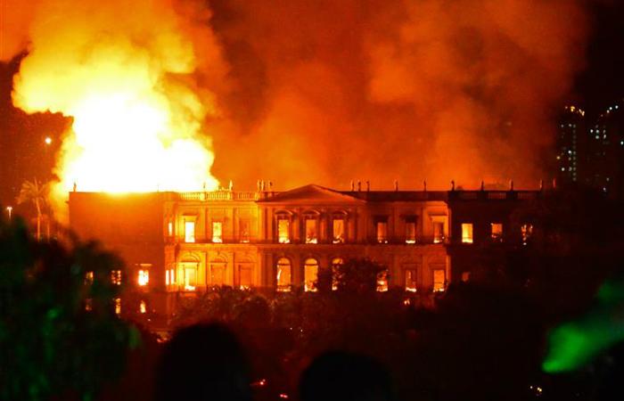 A tragédia transformou em pó grande parte da memória da cultura e científica do Brasil. Foto: AFP