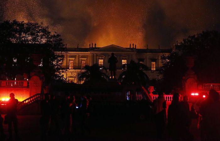 Incêndio atingiu o Museu Nacional do Rio de Janeiro na noite de domingo (2). Foto: Tânia Rego/ Agência Brasil