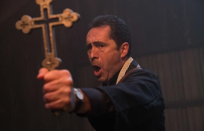 Bichir conta que, a despeito da formação católica, não acredita em demônios ou possessões. Foto: Warner Bros./Divulgação