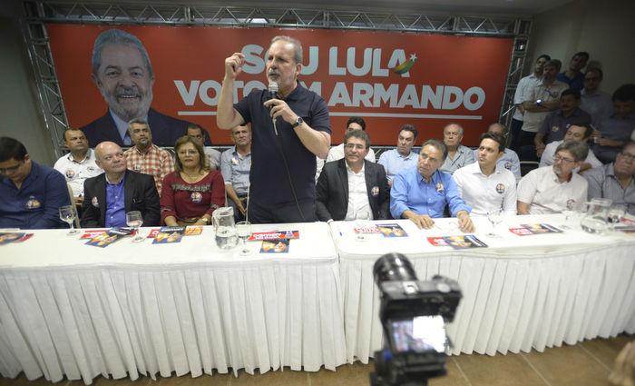 Apesar de Mendonça Filho (DEM) e Bruno Araújo (PSDB) integrarem a chapa majoritária de Armando, ele usa material de campanha com imagem de Lula. Crédito: Leo Caldas/Divulgação