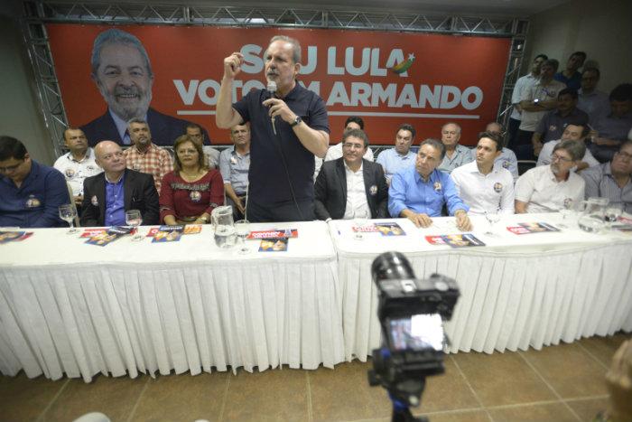 Armando com petistas dissidentes da Frente Popular. Foto: Leo Caldas/Divulgação