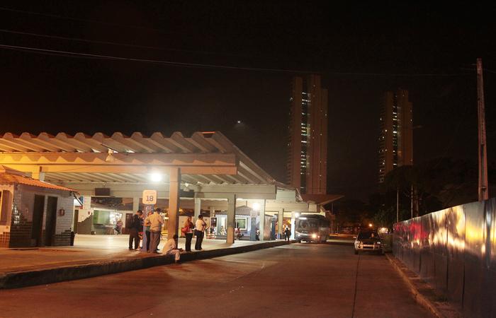 O assalto com violência acontece na noite desta segunda (3) no Terminal do Cais de Santa Rita. Imagem: Nando Chiapetta/DP