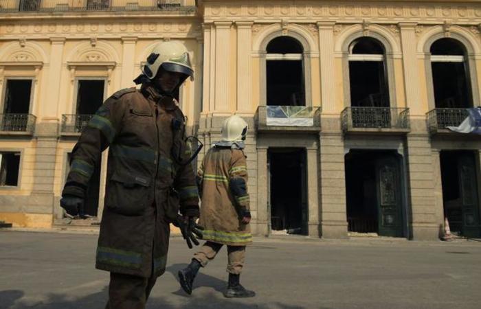 A Polícia Federal conduzirá a investigação para saber a causa do incêndio: sem risco de desabamentos no local (foto: AFP / Carl DE SOUZA)