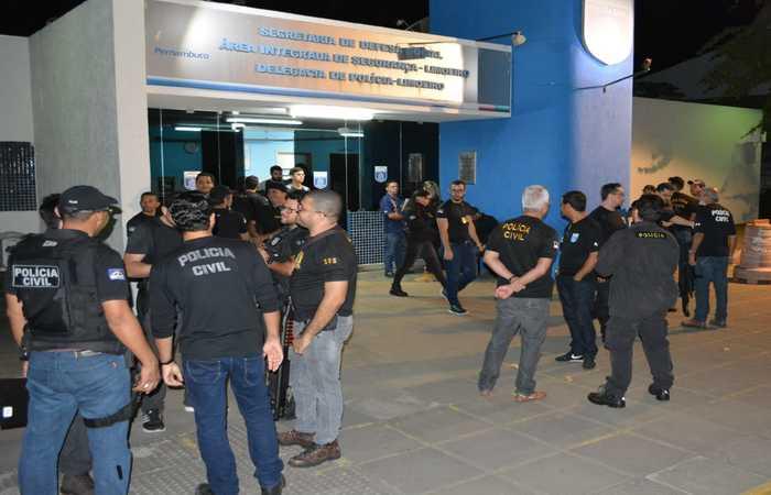 Policiais, que participaram das duas operações, reunidos na delegacia de Limoeiro. Imagem: PCPE/Divulgação
