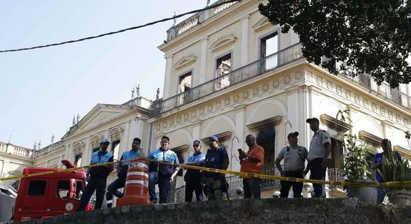 Bombeiros e Defesa Civil trabalham após incêndio no Museu Nacional, na Quinta da Boa Vista, na zona norte do Rio. Foto: Tomaz Silva/Agência Brasil