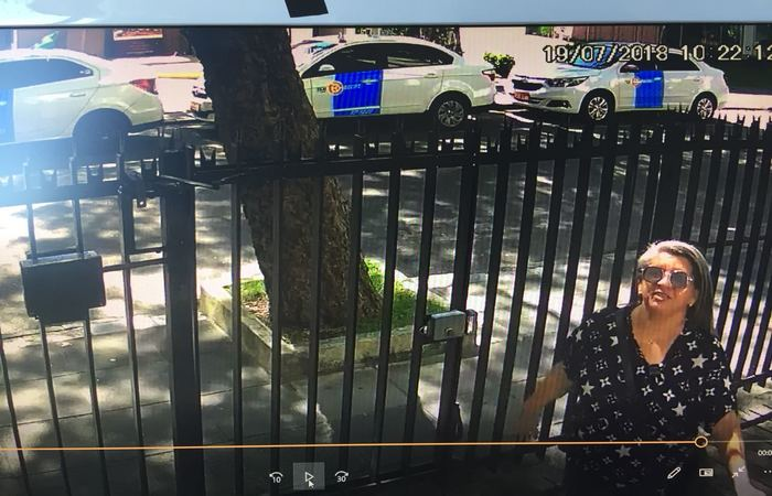 Angeline foi filmada pelas imagens do circuito interno de segurança do prédio onde a vítima do golpe mora. Imagem: PCPE/Divulgação