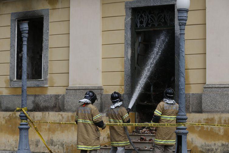 Museu Nacional do Rio de Janeiro continua interditado pela Defesa Civil após ter sido destruído por um incêndio na noite do último domingo. Foto: Tânia Rêgo/Agência Brasil