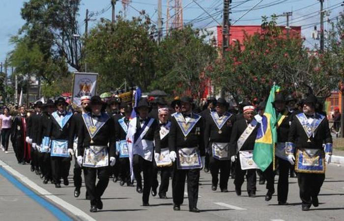 Desfile militar acontece na Avenida Marechal Mascarenhas de Moraes. Foto: Júlio Jacobina/ DP