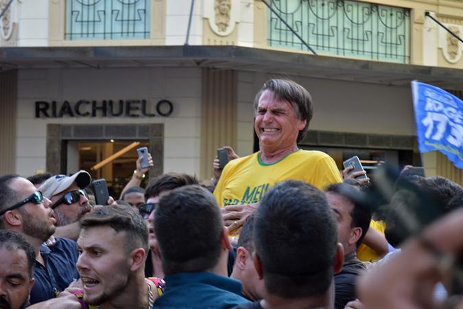 Bolsonaro levou a facada durante ato de campanha em Juiz Fora (foto: Raysa Leite/AFP)