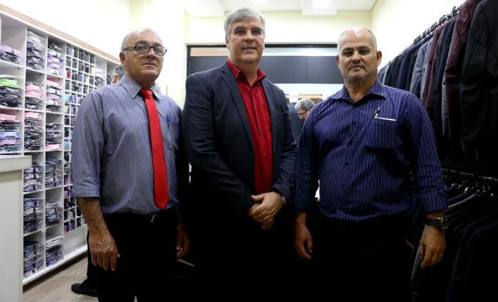 Rodrigues, Ayres e Guilherme: o time que vende 140 ternos por mês no Recife. Foto: Gabriel Melo/Esp. DP