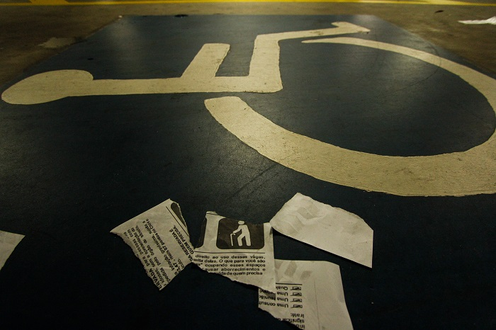 Uma cena ainda comum é encontrar as multas rasgadas por quem não respeita as vagas especiais. Foto: Thalyta Tavares/Esp.DP