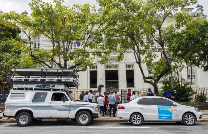 Taxistas fizeram protesto em frente à Câmara de vereadores. Imagem: Léo Malafaia/Esp DP