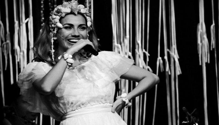 Na montagem, Clara Nunes é interpretada pela atriz Clara Santhana. Foto: Divulgação