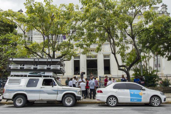 Taxistas, em protesto, defenderam que os concorrentes tivessem número limitado de licenças de operação. Foto: Leo Malafaia/Esp.DP