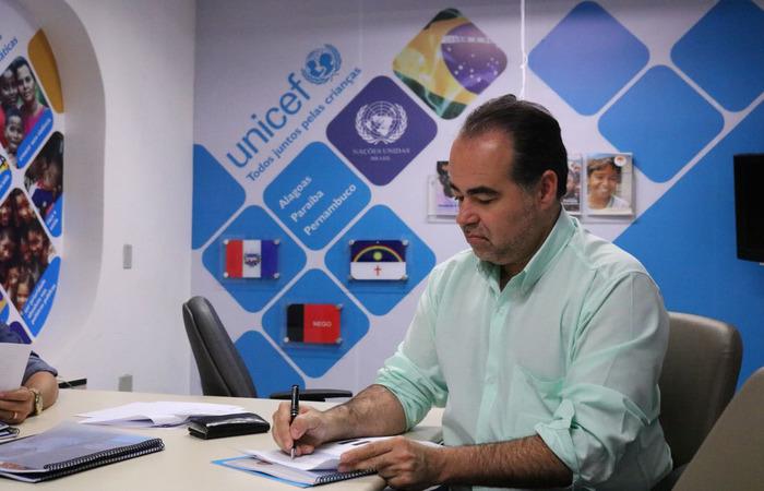 Lóssio assinou um termo de compromisso com o Unicef em favor das crianças. Foto: Raquel Elblaus/Divulgação