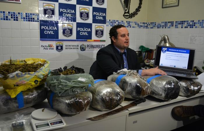 Foram apreendidos 20 kg de maconha, oito pedras de crack, além de motocicleta e outros materiais para o trabalho no tráfico - Foto: Polícia Civil/Divulgação