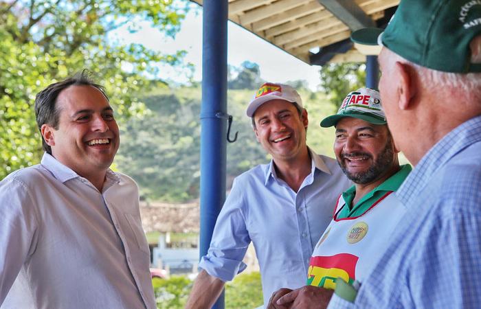 Socialista ontem ao lado de representantes da Central de Trabalhadores do Brasil. Foto: Helia Scheppa/PSB/Divulgacao