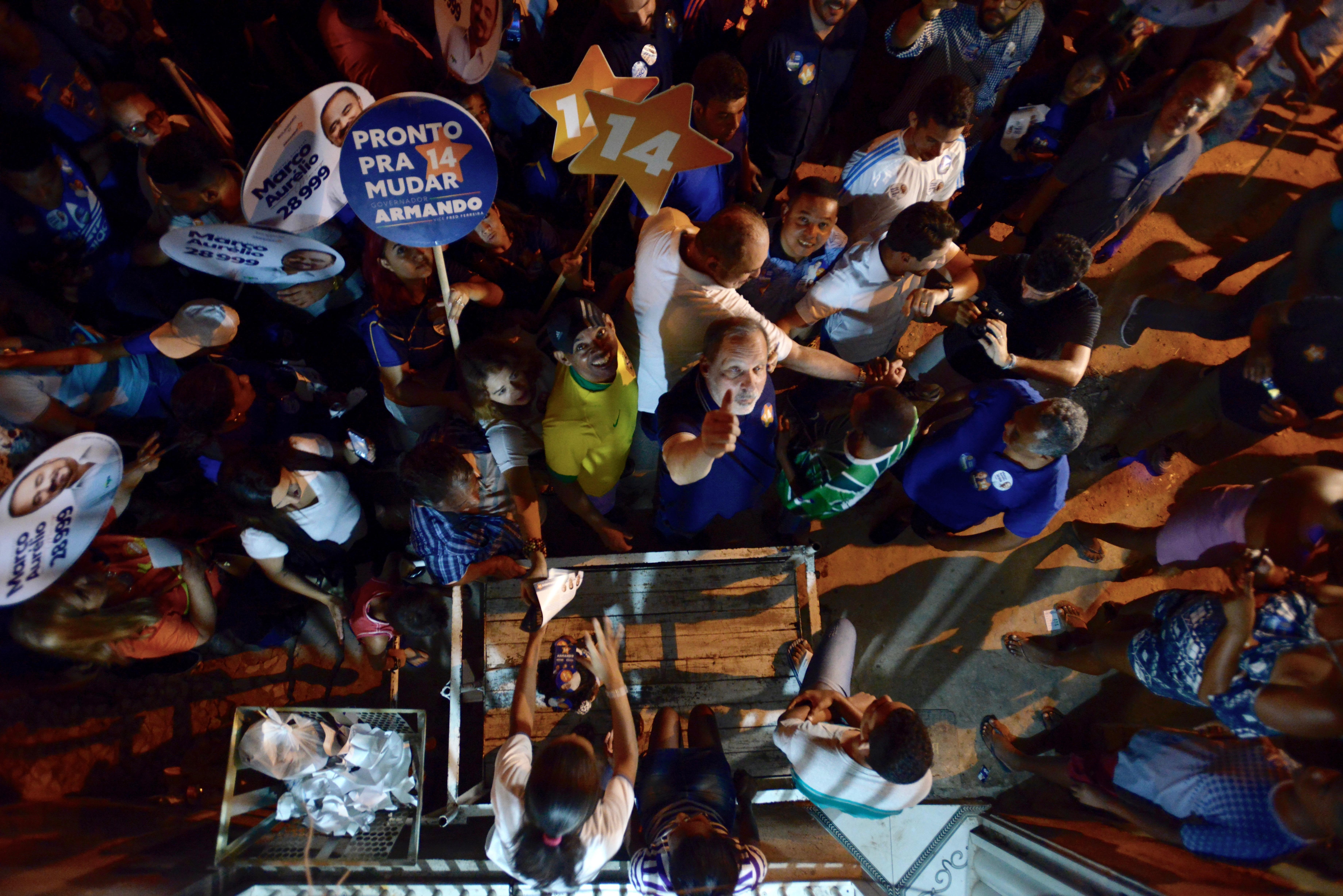 Petebista cumpriu agenda de rua no bairro dos Coelhos ontem à noite. Foto: Léo Caldas/Divulgação