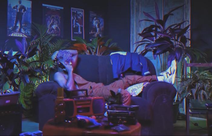 No clipe, o cantor Raony passa pelo drama de não ser atendido e passar por uma decepção amorosa. Foto: Edvaldo Jr/Divulgação