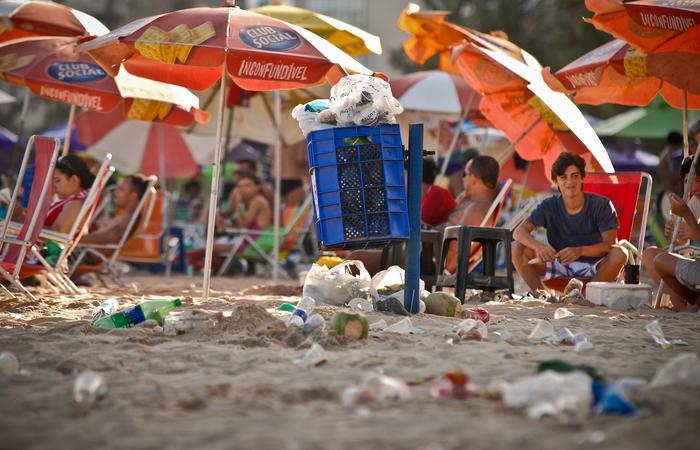 A programação, no dia 15, começará por volta das 8h e contará com voluntários realizando de coleta de resíduos na praia de Boa Viagem. Foto: Bernardo Dantas/DP/D.A Press