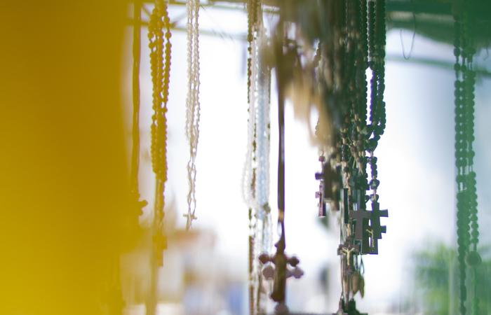 Terços estão ao pé da imagem da santa e nas barracas. Foto: Leo Malafaia/Esp.DP