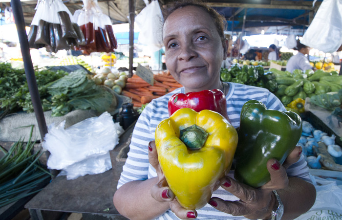 Feirante Rosani Alves trabalha vendendo verduras. Foto: Leo Malafaia/Esp.DP