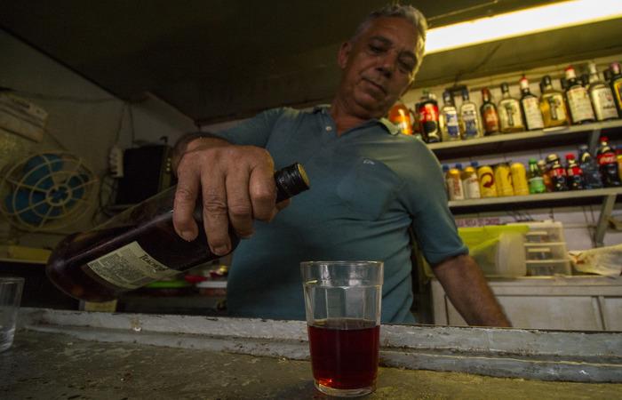 Há dez anos, Carlos adquiriu um quiosque no local. Foto: Leo Malafaia/Esp.DP