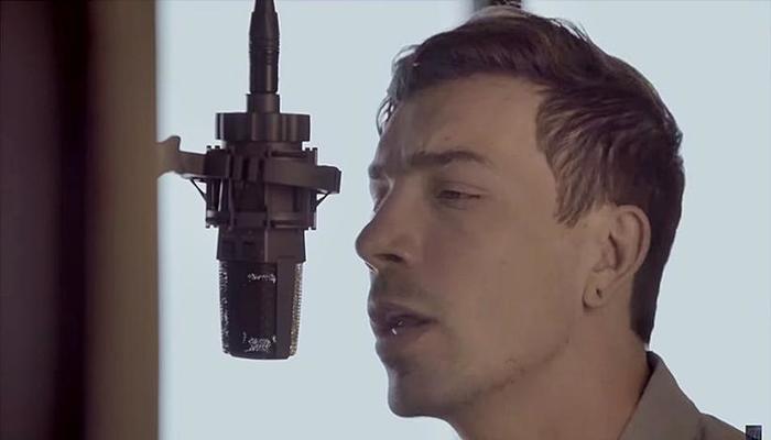 A versão tem um arranjo apenas com voz e violão. Foto: Reprodução/Youtube